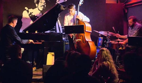 Going. | Darek Dobroszczyk Trio