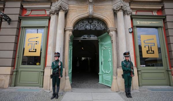 Going. | Pierwszy Rok Muzeum Pana Tadeusza - Muzeum Pana Tadeusza - Kamienica Pod Złotym Słońcem