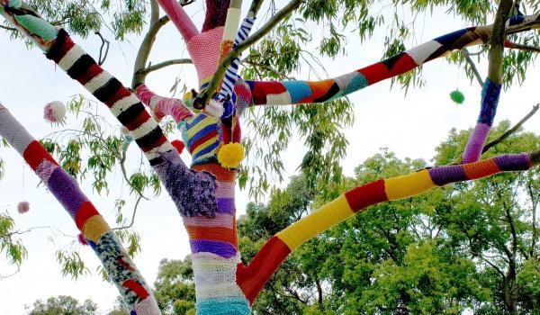 Going. | Otulamy, czyli querilla knitting - Stół przy parkingu