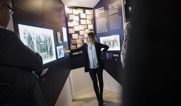 """Going.   Oprowadzanie kuratorskie po wystawie """"Gdynia – dzieło otwarte"""" - Muzeum Miasta Gdynia"""
