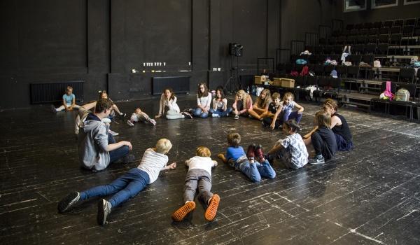 Going. | Teatranki: Piękna i Bestia – Lalki na ciele - Teatr Polski w Poznaniu
