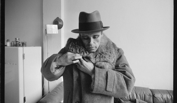 Going. | Beuys. Sztuka to rewolucja / Tydzień Filmu Niemieckiego - Kino Muranów