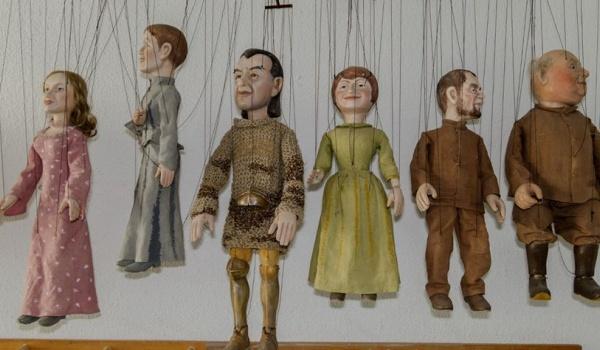 Going. | Oprowadzanie kuratorskie po wystawie Kompleksja Lalki - Muzeum Rzeźby Alfonsa Karnego - Oddział Muzeum Podlaskiego