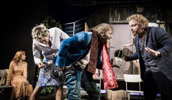 Going. | Czego nie widać - Teatr Bagatela - Duża Scena