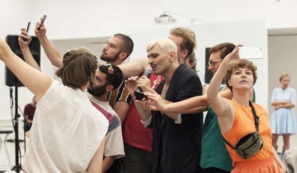 Going. | Selfie Concert, reż. Ivo Dimchev - Studio Słodownia +3