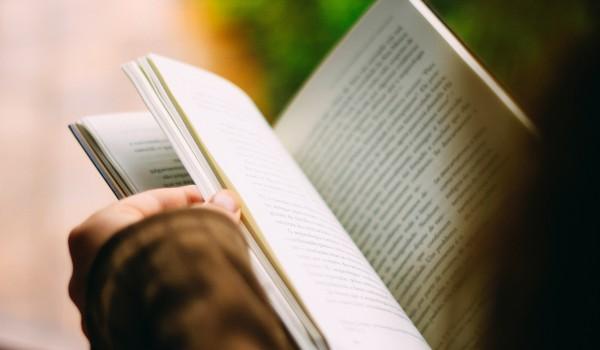 Going. | Sobotnie czytanie plenerowe | W ogrodzie pełnym legend - Aula Biblioteki Głównej