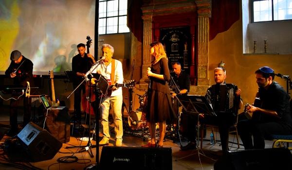 "Going. | Festiwal Singera: "" U siebie"" pokaz filmu + koncert - Kino Muranów"