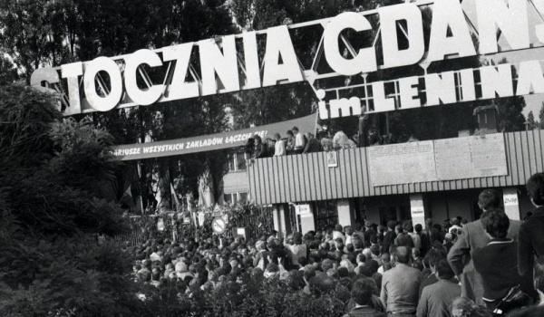 Going. | Zwiedzaj Stocznię Gdańską szlakami kobiet ✗ Metropolitanka - Stocznia Gdanska brama historyczna nr 2