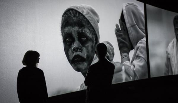 """Going.   Richard Mosse, """"Przybywający""""   """"Incoming"""" - Galeria Bunkier Sztuki"""
