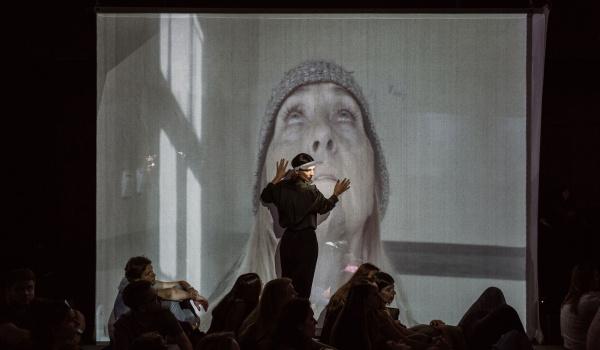 Going. | Gramy w listopadzie: Czarne papugi | reż. Michał Borczuch - Teatr im. Juliusza Słowackiego w Krakowie - Duża Scena
