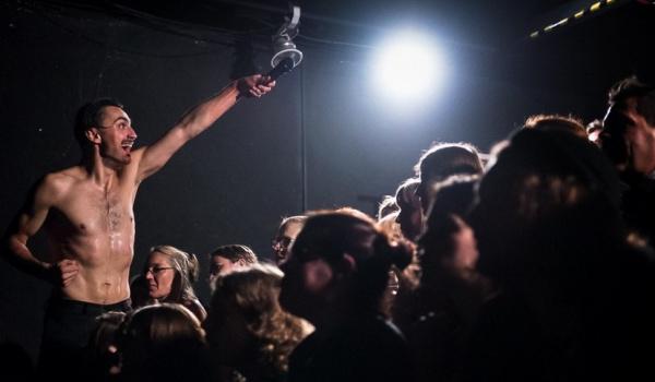 Going. | Arti Grabowski w Teatrze na nowe czasy: spektakle / warsztaty - Teatr na Plaży w Sopocie