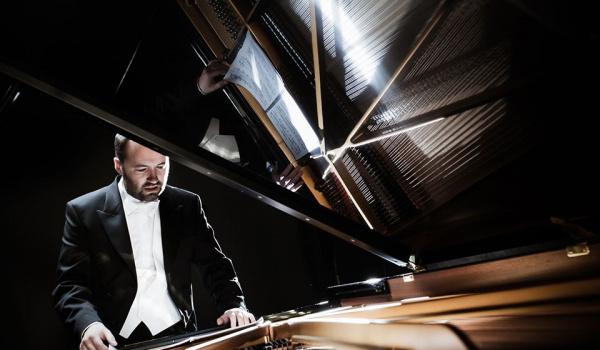 Going. | Piotr Sałajczyk – koncert fortepianowy - Centrum Kultury Dwór Artusa