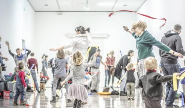 Going. | Smykowizje | Warsztaty dla rodzin z dziećmi w wieku 0–5 lat - Online | CSW Zamek Ujazdowski